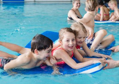 Spielerisch lernen die Kinder bei der WasserKiSS das Schwimmen.
