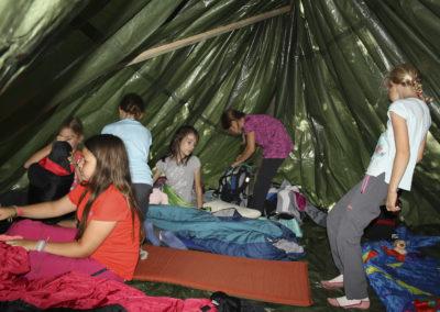Eine Nacht verbringen die Kinder beim Waldlager im Wald.