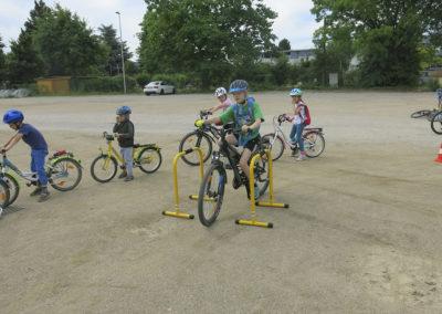 Mit einem Geschicklichkeitsparcours wird das Radfahren trainiert.