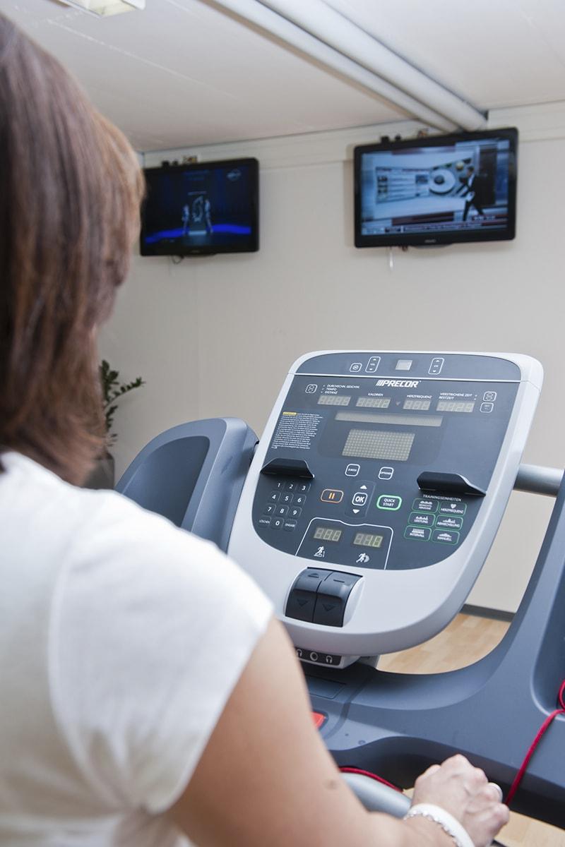 Über Cardio Theater kann direkt am Gerät ein Monitor angewählt werden und mittels Kopfhörer der Ton abgerufen werden.