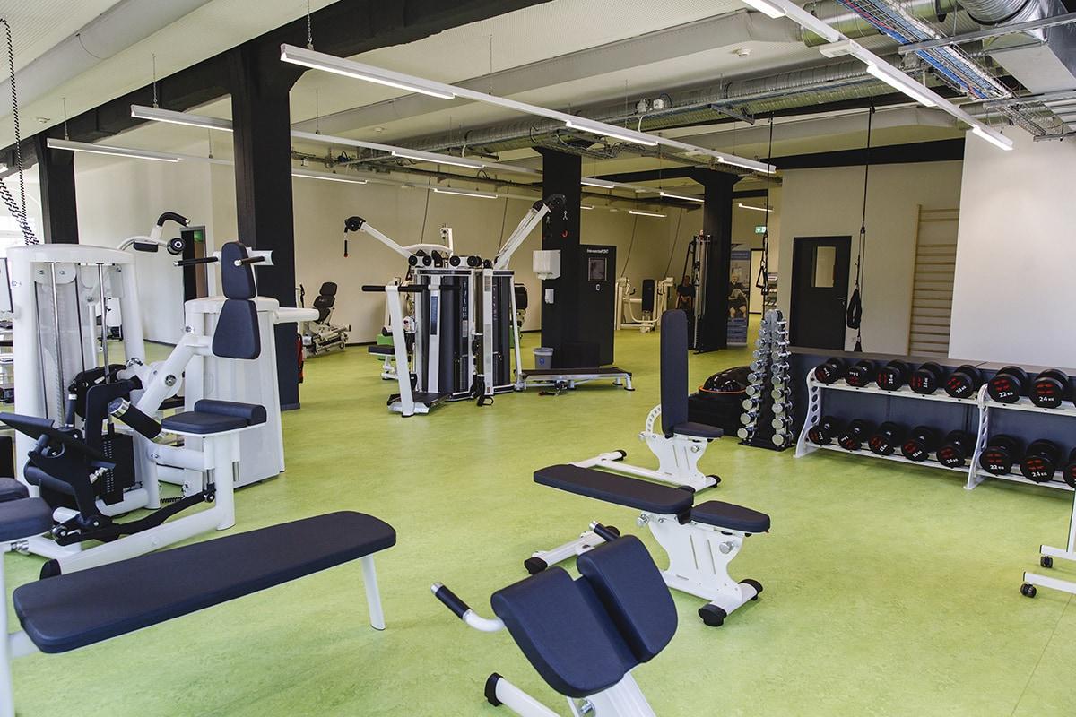 Training auf 600m² mit Trainingsfläche und Kraftgeräten, Kursraum, Aufenthaltsbereich, Umkleiden und Sanitärräumen.