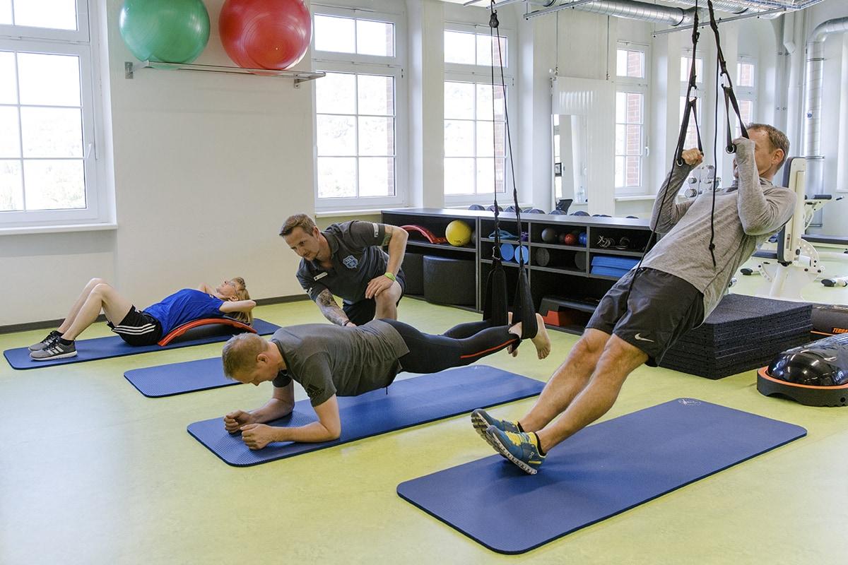 Während der gesamten Öffnungszeiten steht ein sportwissenschaftlich geschultes Trainerteam zur Beratung und Korrektur an den Geräten zur Verfügung.
