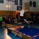 """Neben den Bewegungsstationen war die Jahresabschlussfeier der KiSS einer der Höhepunkte beim Jubiläumssporttag """"10 Jahre HSC"""". Hier die Profilgruppe Leichtathletik bei ihrer Sprungvorführung."""