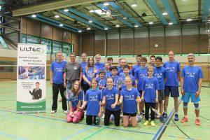 """Gruppenbild der Badmintonabteilung mit den Sponsoren (Stefan Sauer von der Liltec GmbH und Oliver Maier von """"Form & Garten Fleckenstein GmbH"""")."""